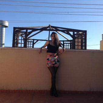 Falda con estampado floral y top negro