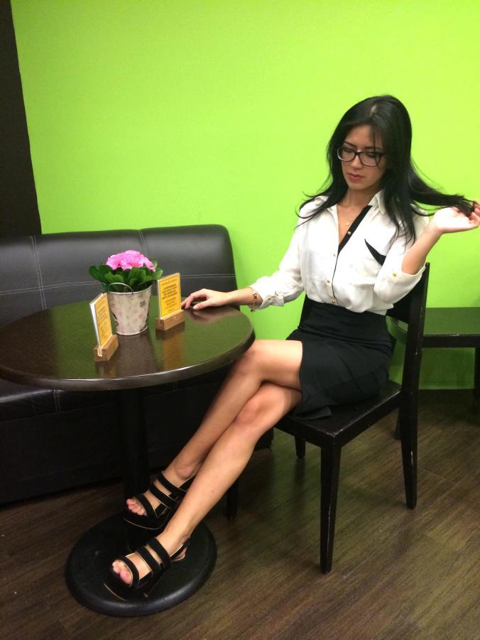 Look de oficina. Falda lápiz y blusa. Blanco y Negro