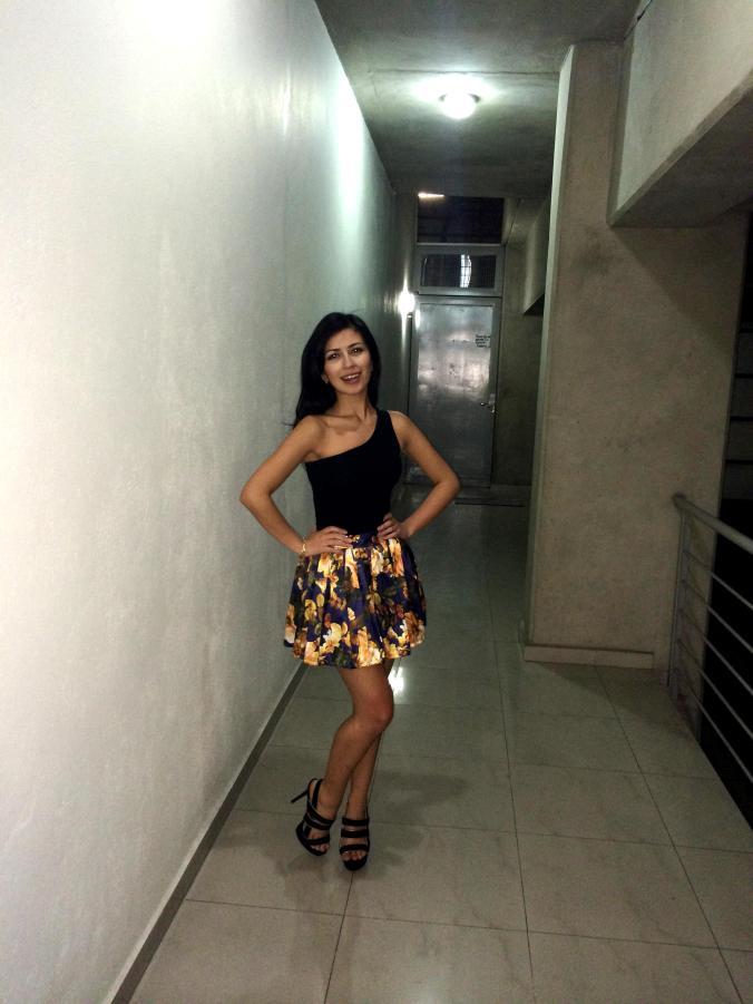 Look de noche. Falda floreada, body top y sandalias.