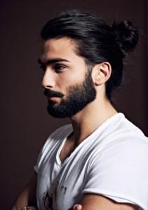 para completar el estilo pelo largo, y barba