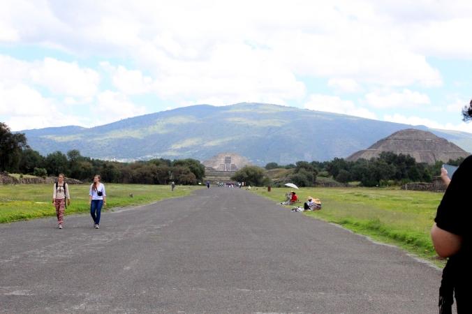 Calzada de los muertos. Destino: Pirámides de Teotihuacán - México